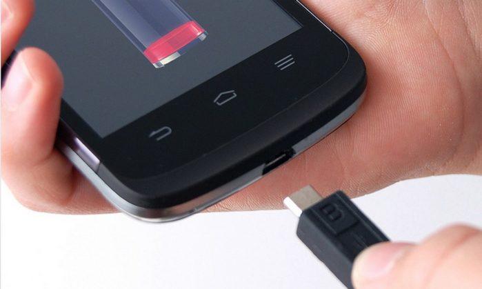 Проверьте порт зарядки у смартфона